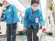 天津地铁运营部门对车厢站台等处进行消毒处理