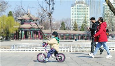桃红柳绿 春到津门──水上公园开园第一天现场侧记