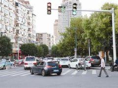 南北大街与新围堤道交口信号灯改为多相位 先直行后左转 消除行人机动车抢行