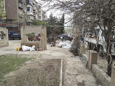 """小区公用绿化带变成""""私家领地"""" 这个废品回收点该管了"""