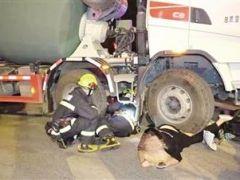 女車主被罐車碾壓 消防員緊急救援