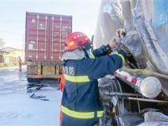 货车司机打盹 厢货追尾油罐车