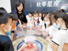 """""""双减""""政策出台后首个长假:小小科学家 科技馆里忙逐梦"""